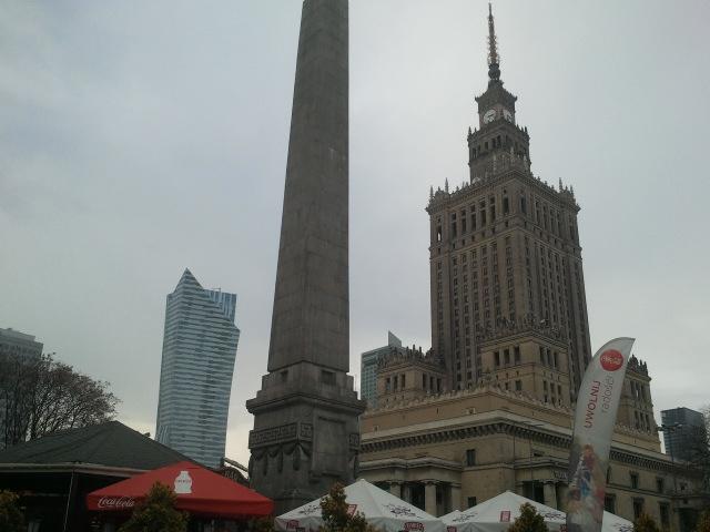 Charakteristika Warschaust: der sozialistische Kulturpalast (rechts), ein Denkmal und ein modernes Bürogebäude (links) in unmittelbarer Nähe zueinander