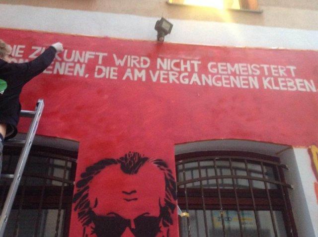 """""""Die Zukunft wird nicht gemeistert von denen, die am Vergangenen kleben"""" - WIlly Brandt; Mauer des WIlly-Brandt-Zentrums in Breslau; Foto: http://www.wbz.uni.wroc.pl"""